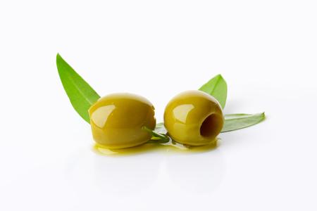 pitted: Due olive verdi snocciolate su sfondo bianco Archivio Fotografico