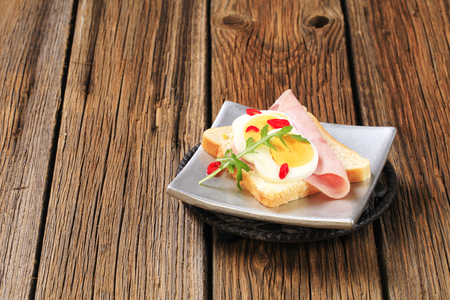 pain blanc: White bread with boiled egg and ham