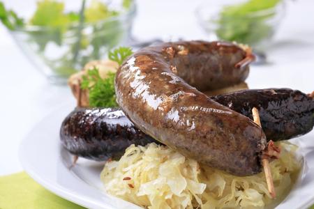 Blutwurst und Leberwurst mit Sauerkraut Standard-Bild