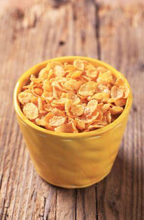 corn flakes: Corn flakes croustillants dans une tasse jaune Banque d'images
