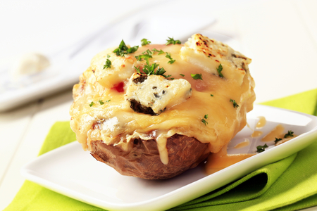 Double cheese twice baked potato sprinkled with parsley Standard-Bild