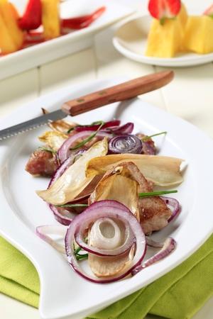 escarola: Pan lomo de cerdo frito con cebolla y hojas de endibia