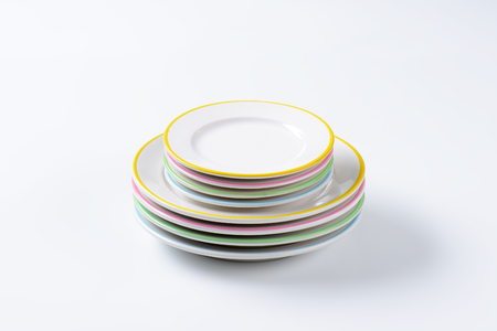 rimmed: Set of rimmed plates with pastel colored edges