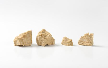levadura: Piezas de levadura fresca comprimida