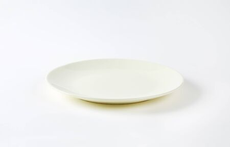 rimless: Rimless plain white dinner plate