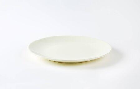 rimless: Rimless plain white dinner plate