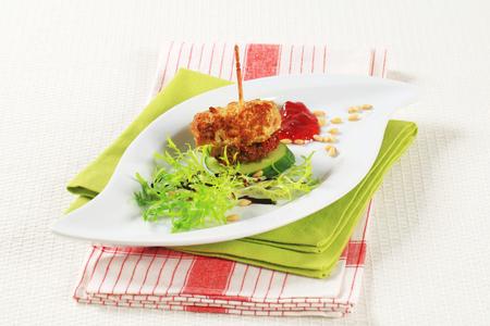 escarola: Alb�ndigas aperitivo adornado con frescos frutos secos escarola y el pino