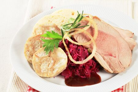 red cabbage: Roast pork with bread dumplings and red cabbage