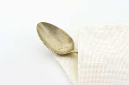 servilleta de papel: Cuchara de plata vieja en servilleta blanca Foto de archivo