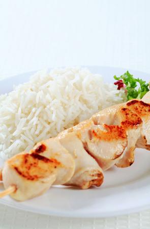 riso bianco: Spiedino di pollo con riso bianco Archivio Fotografico