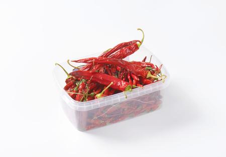 chiles secos: Pimientos rojos secos chile en envase de alimento plástico Foto de archivo