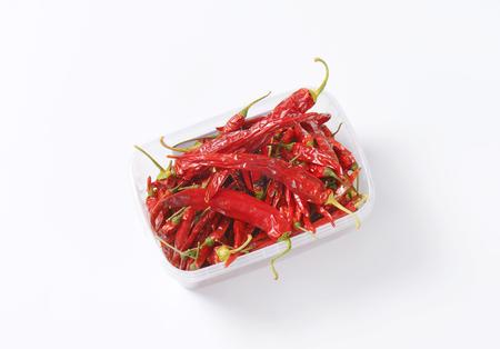 chiles secos: Pimientos rojos secos chile en envase de alimento pl�stico Foto de archivo