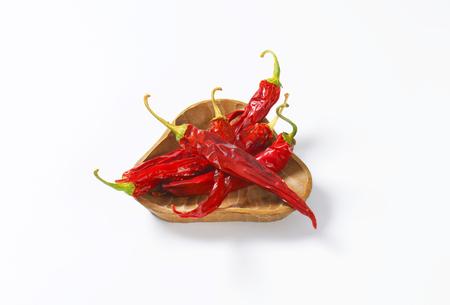 chiles secos: Pimientos rojos secos chile en un taz�n de madera