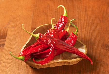 chiles secos: Pimientos rojos secos chile en un tazón de madera