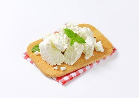 queso blanco: Queso blanco Crumbly en tabla para cortar Foto de archivo