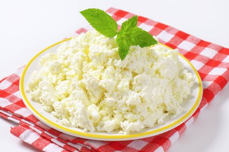 crumbly: Plate of white crumbly cheese