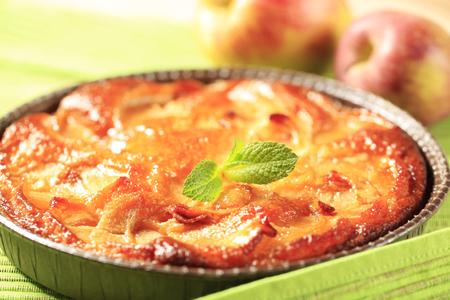 Biscuit gegarneerd met schijfjes appel Stockfoto
