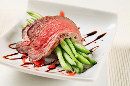 entree: Slices of roast beef with green beans