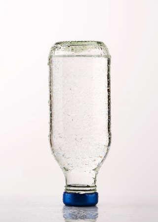 agua purificada: El agua purificada en una botella de vidrio
