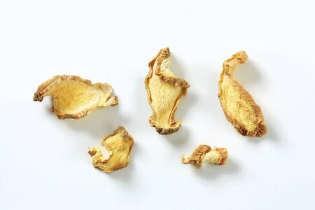 ginger root: Dried thinly sliced ginger root