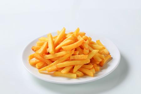 Presenteren van de Franse frietjes op een plaat