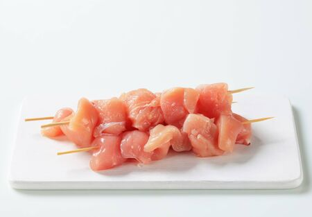 Raw chicken skewers on cutting board Zdjęcie Seryjne