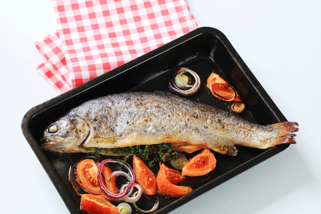 vegetable tin: Fresh herb-stuffed trout and vegetable in a baking tin