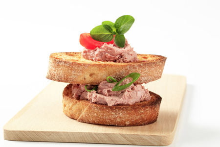 canard: Slices of toasted bread with liver mousse