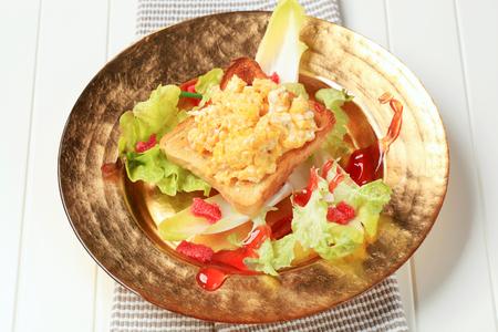 huevos revueltos: Brindis y revuelto en nido de ensalada fresca
