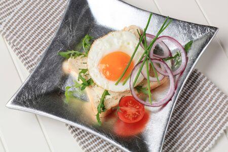 pain blanc: Oeufs frits sur tranche de pain blanc