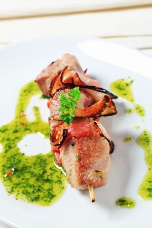 pancetta cubetti: Carne di maiale e pancetta shish kebab con salsa alle erbe Archivio Fotografico