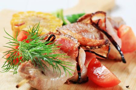 pancetta cubetti: Carne di maiale e pancetta spiedino sul tagliere Archivio Fotografico