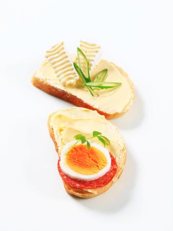 pain blanc: Tranches de pain blanc avec du fromage et des oeufs