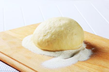 levadura: Pasta de levadura en una tabla de cortar