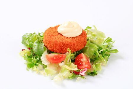 gronostaj: Green salad with fried breaded cheese and salad dressing