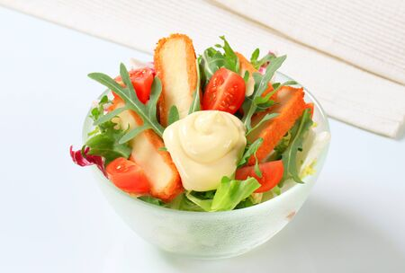 gronostaj: Green salad with fried cheese and salad dressing Zdjęcie Seryjne