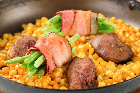 higado de pollo: Maíz dulce con el hígado de pollo frito y judías verdes envueltas en tocino