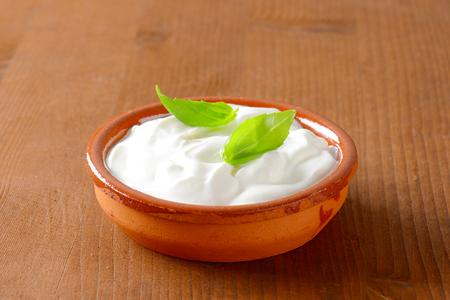 白いヨーグルトやセラミック ボウルにサワー クリーム