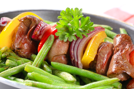 spanish onion: Liver skewer with green beans in a frying pan