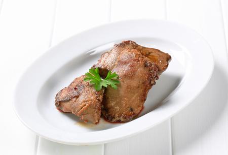 higado de pollo: Pan de h�gado de pollo frito en un plato