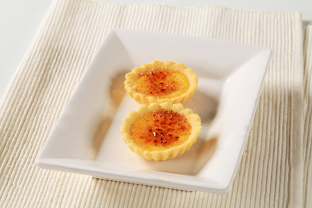 short crust pastry: Creme brulee filled tartlets Stock Photo