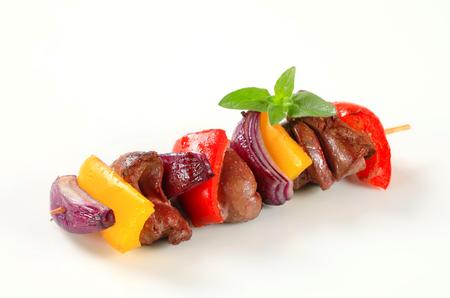 higado de pollo: Hígado y verduras en el pincho de pollo Foto de archivo