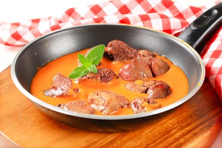 higado de pollo: Hígado de pollo con salsa de tomate