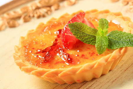 short crust pastry: French dessert - Creme brulee tartlet