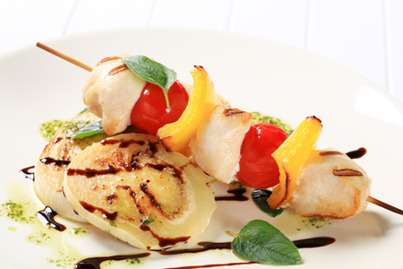 balsamic vinegar: Grilled chicken skewer with sliced aubergine with pesto and balsamic vinegar