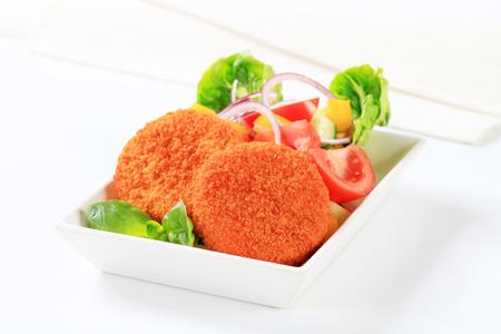 gronostaj: Smażony ser z sałatką ze świeżych warzyw