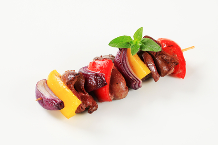 higado de pollo: Chicken liver and vegetables on skewer Foto de archivo