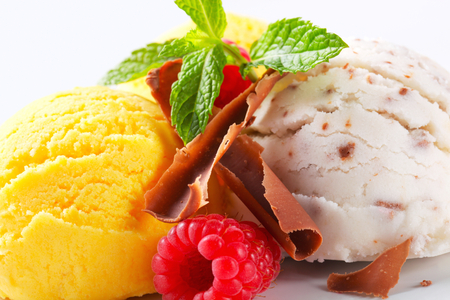 stracciatella: Scoops of ice cream with chocolate curls and fruit