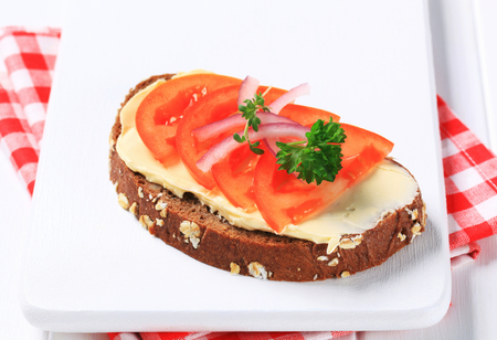 brown bread: Slice of brown bread with butter and tomato