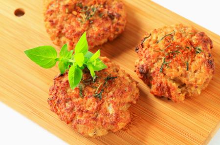 papas doradas: Hamburguesas vegetales fritos en la tabla de cortar